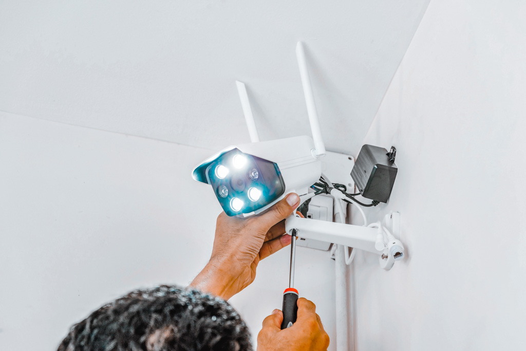 technicians-are-installing-wireless-cctv-cameras-7WKNV9H